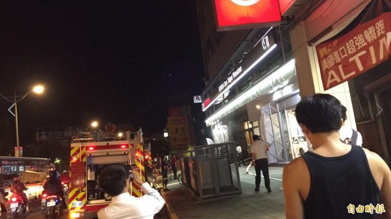 警消人員獲報後立刻出動13輛水箱車、2輛雲梯車及57名警消人員到場。(即時中心攝)