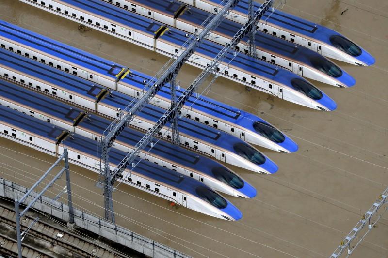 颱風風災導致120節「北陸新幹線」車廂泡水。(路透)
