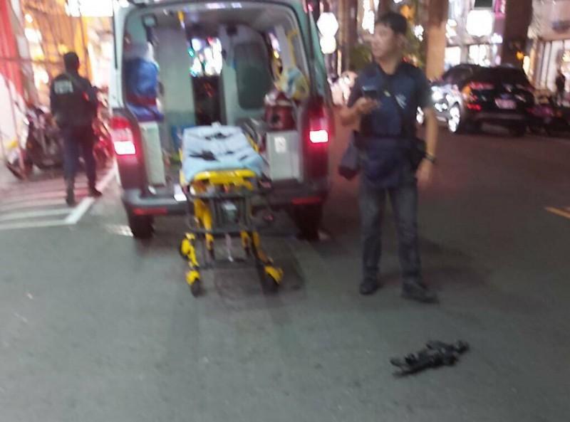 高市警方昨晚查槍攻堅,嫌犯自4樓丟下長槍險砸中路人,警方立即封鎖現場警戒。(民眾提供)