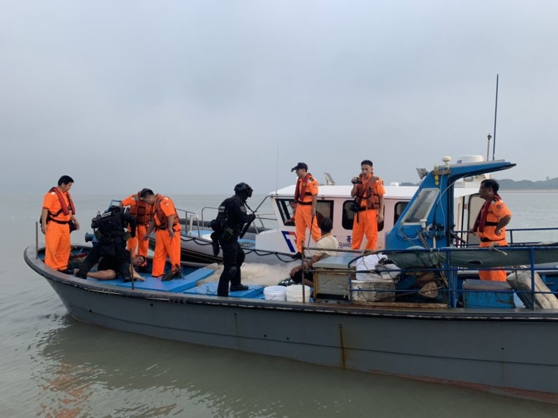 海巡署艦隊分署每年規劃專案勤務,持續強化查緝非法越界中國漁船。圖為海巡及特勤人員控制企圖逃逸的越界中國漁船。(資料照,金門海巡隊提供)