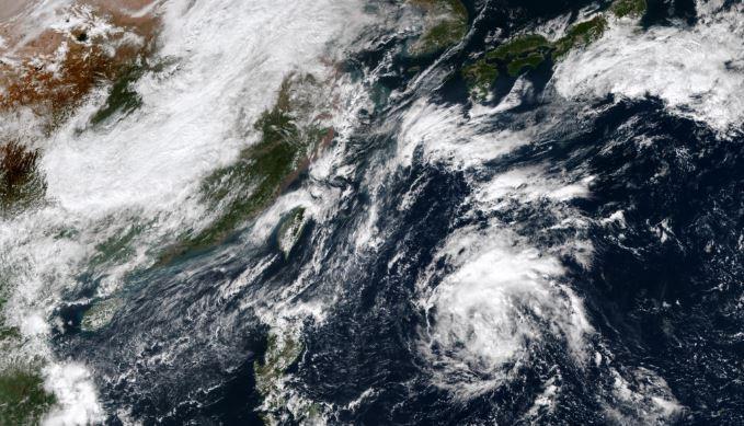 氣象局微星雲圖能見到,菲律賓東方海面有熱帶性低氣壓正在發展。(圖擷取自中央氣象局)