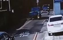 監視器拍到,張男駕駛貨車跨越雙黃線超車,右後車尾擦撞到林男的機車,還涉嫌肇事逃逸。(記者陳建志翻攝)
