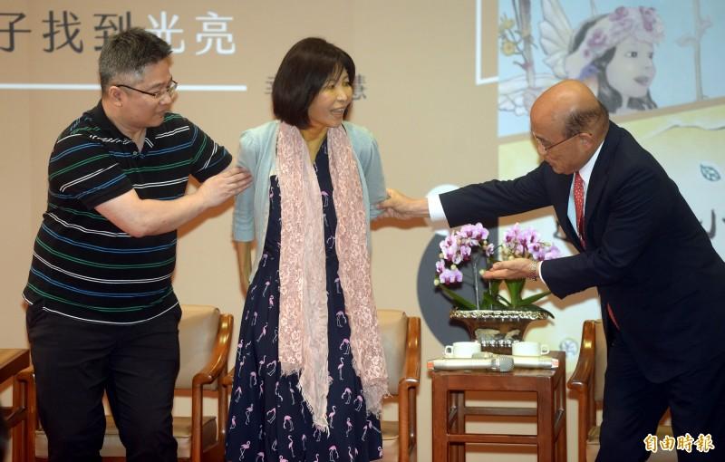 8月26日行政院長蘇貞昌(右)特地提前頒發金鼎獎「特別貢獻獎」給作家幸佳慧(中),表彰她對兒童權益的關懷,及對台灣社會前進的貢獻。(記者林正堃攝)
