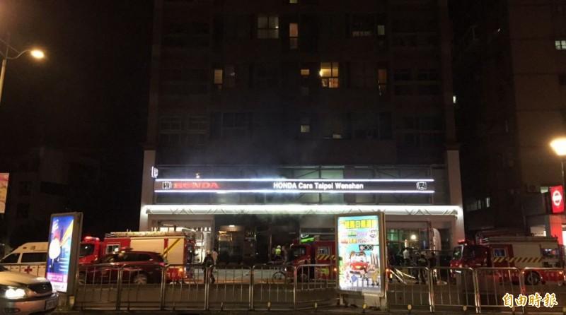 台北市文山區羅斯福路五段,一間汽車展示間突然傳出火警。(即時中心攝)