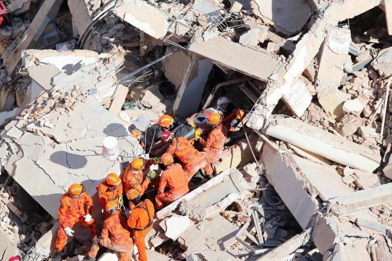 巴西福塔雷薩一棟7層樓高的大樓倒塌,目前造成3人死亡、7人失蹤。(路透)