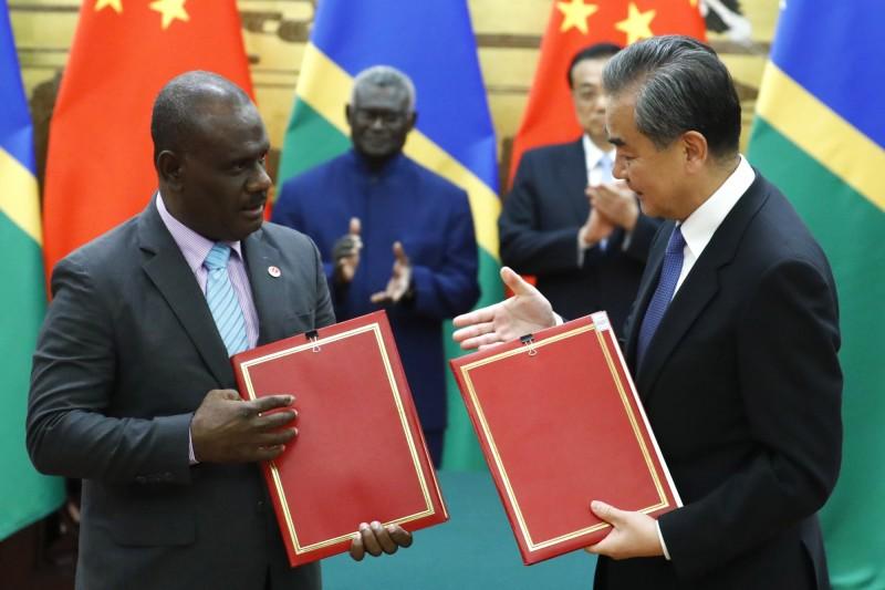 一間與中國共產黨關係密切的北京公司,已經與索羅門的圖拉吉島簽署秘密協議。圖為中索建交資料照。(歐新社)