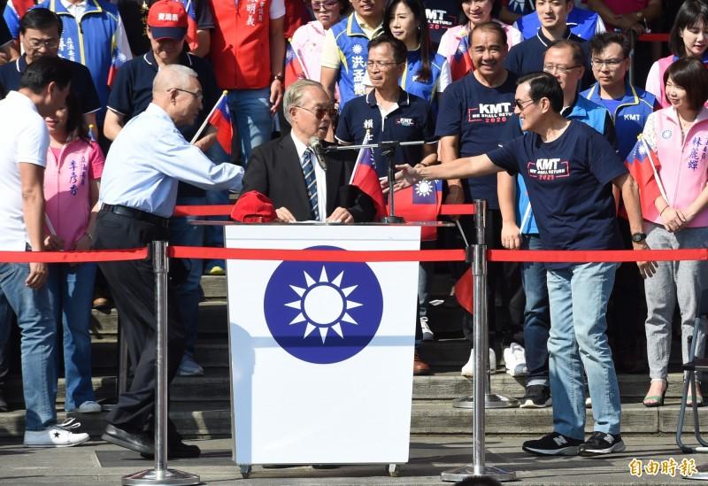 前總統馬英九(右)、國民黨主席吳敦義(左)10日出席愛國旗愛國家國慶大會。國民黨總統參選人韓國瑜夫人李佳芬行程延遲,來不及與馬同框。(資料照)