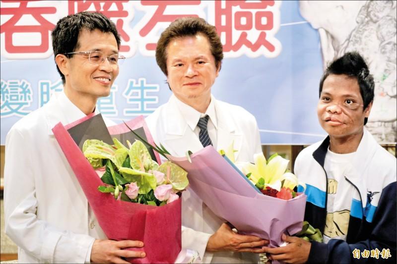 麥可(右)四年多前左臉長出一顆「牙骨質纖維瘤」,經慈濟醫院變臉手術成功。(記者王錦義攝)