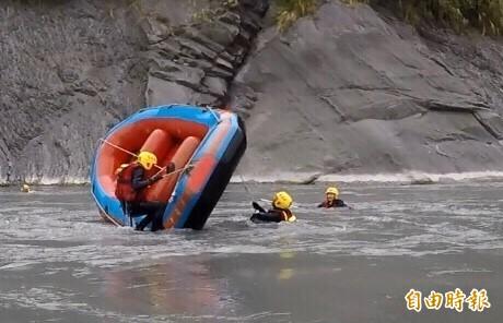 新竹縣政府消防局消防員們在秀姑巒溪上實兵操演翻舟自救。(記者黃美珠攝)