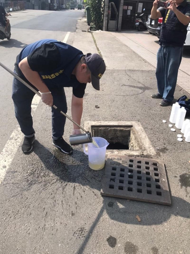 環保局稽查人員於該廠採集水樣送驗。(記者陳文嬋翻攝)