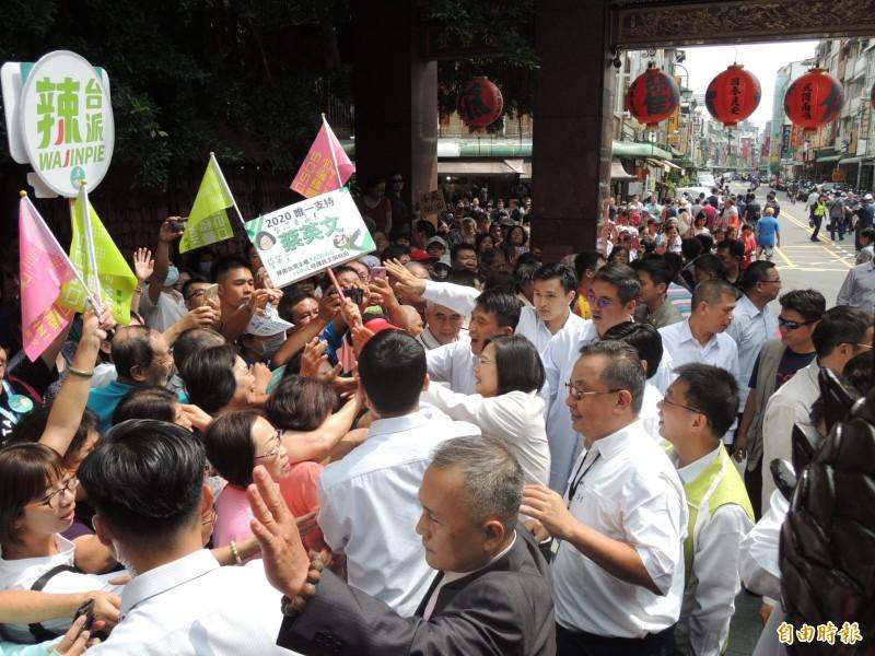 總統蔡英文今天到鳳山雙慈亭參拜,獲支持者熱情相迎。(記者蔡清華攝)