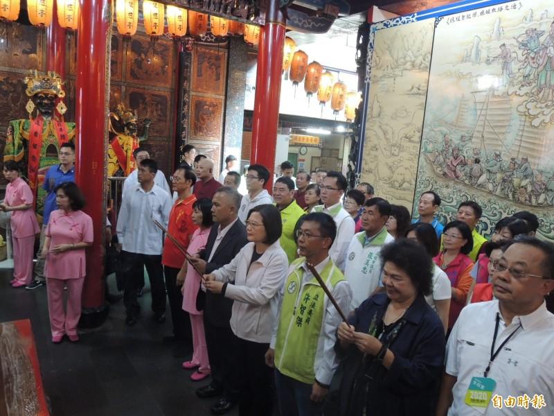 總統蔡英文就任以來第一次到雙慈亭參拜。(記者蔡清華攝)