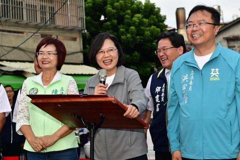 總統蔡英文(左2)日前蒞臨彰化參訪,展現親民一面。(邱建富提供)