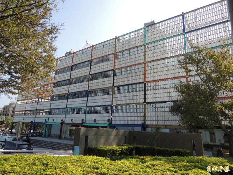 新竹市議會今天審議文化局提出的文化局經管圖書館報廢案,朝野攻防後,附帶議決通過此報廢案。圖為要報廢拆除的圖書館。(記者洪美秀攝)
