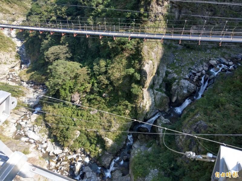 南投信義鄉雙龍瀑布七彩景觀吊橋,不只能看見山壁兩道壯觀水瀑,往溪谷望去還能看見5道(右起)大大小小水瀑。(記者劉濱銓攝)
