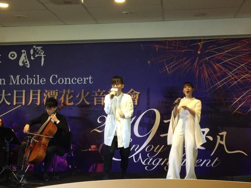 日月潭花火節19日將在水社中興停車場登場,歌手李佳薇(右)、卓義峯(左)都將登台獻唱。(日管處提供)