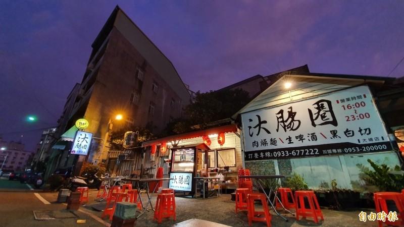 小吃店隱身在彰化市大埔路556巷弄裡,空間不大、乾淨明亮,戶外桌椅區緊臨馬路。(記者張聰秋攝)