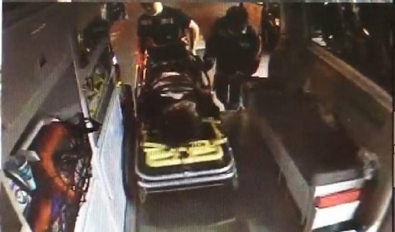 救護人員將被刺的男子送往醫院救治。(記者葉永騫翻攝)
