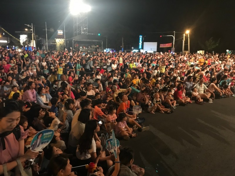 台灣40經典小鎮深度遊紙風車首演 ,人潮爆棚。(記者陳彥廷翻攝)