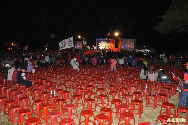 主辦單位宣稱,活動現場湧入2萬多人參與,不過,主辦單位自己在會場擺放的6000張塑膠椅,並未坐滿,且尚有不少空位。(記者彭健禮攝)