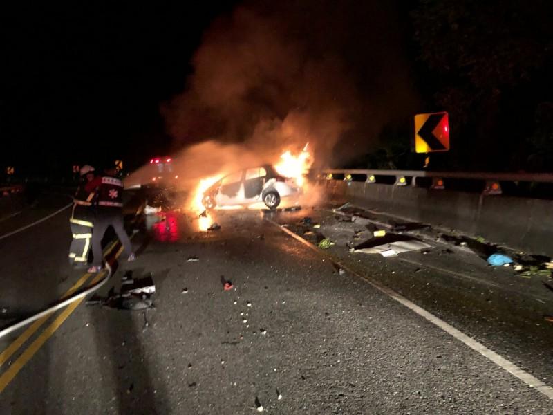 今晚1輛轎車在東河鄉台11線省道自撞護欄起火,駕駛身亡。(記者黃明堂翻攝)