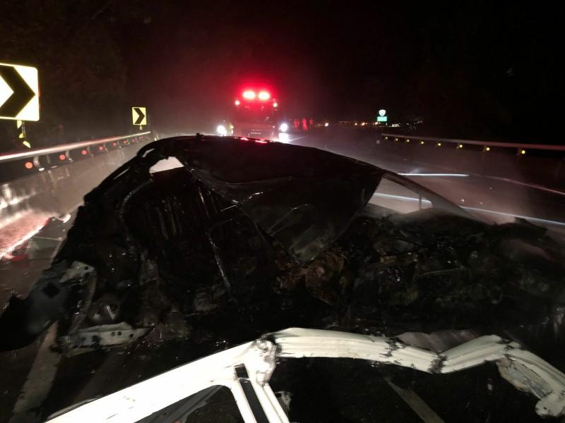 今晚1輛轎車在東河鄉台11線省道自撞護欄起火,車內1人死亡。(記者黃明堂翻攝)