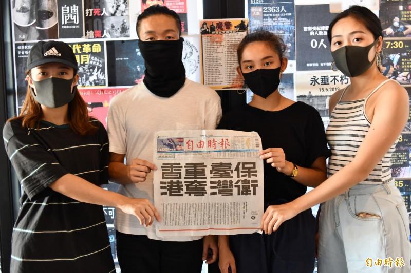 香港劇團帶來恆春半島首面連儂牆,並持本報撐港廣告合照。(記者蔡宗憲攝)