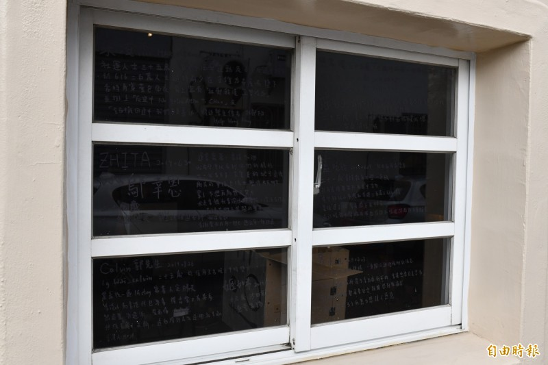 餐廳玻璃上寫滿香港事件過程。(記者蔡宗憲攝)