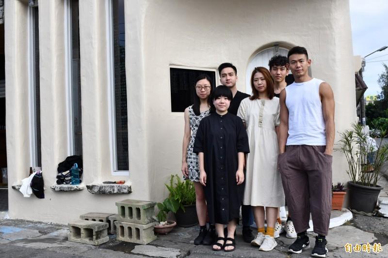 來自香港的「瑪吉亞米」,以「說故事」方式在玻璃上書寫這段時間的香港問題。(記者蔡宗憲攝)