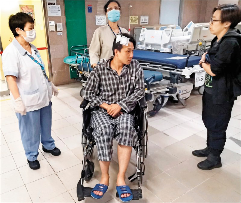 岑子杰十六日遇襲後送醫急救,所幸並無大礙。圖為他十七日在九龍的公立廣華醫院。他所屬的泛民主派政黨「社會民主連線」副主席吳文遠(右)與其親友及支持者到醫院探視慰問。(取自香港星島日報網站)
