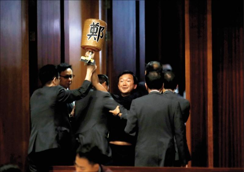 激進民主派政黨「人民力量」主席兼立法會議員陳志全,十七日在立法會會議廳被驅逐出場時,大罵特首林鄭月娥「滿手鮮血」。(路透)