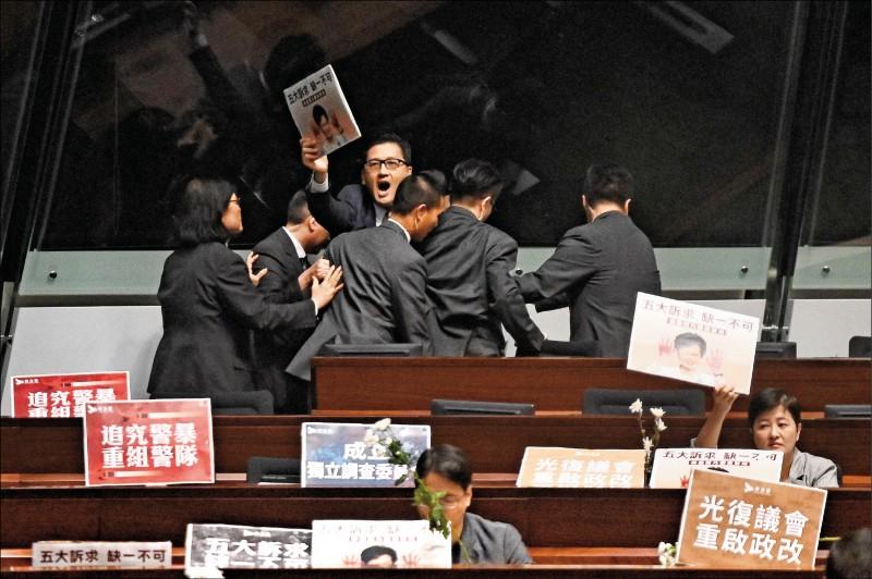 「民主黨」立法會議員林卓廷,十七日也遭驅逐離開立法會會議廳。(法新社)