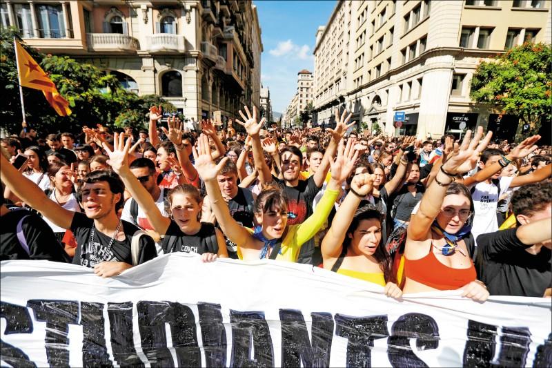 加泰隆尼亞大學生十七日聚集在首府巴塞隆納的大學廣場附近,抗議西班牙最高法院對九名獨立運動領導人的判決。(路透)