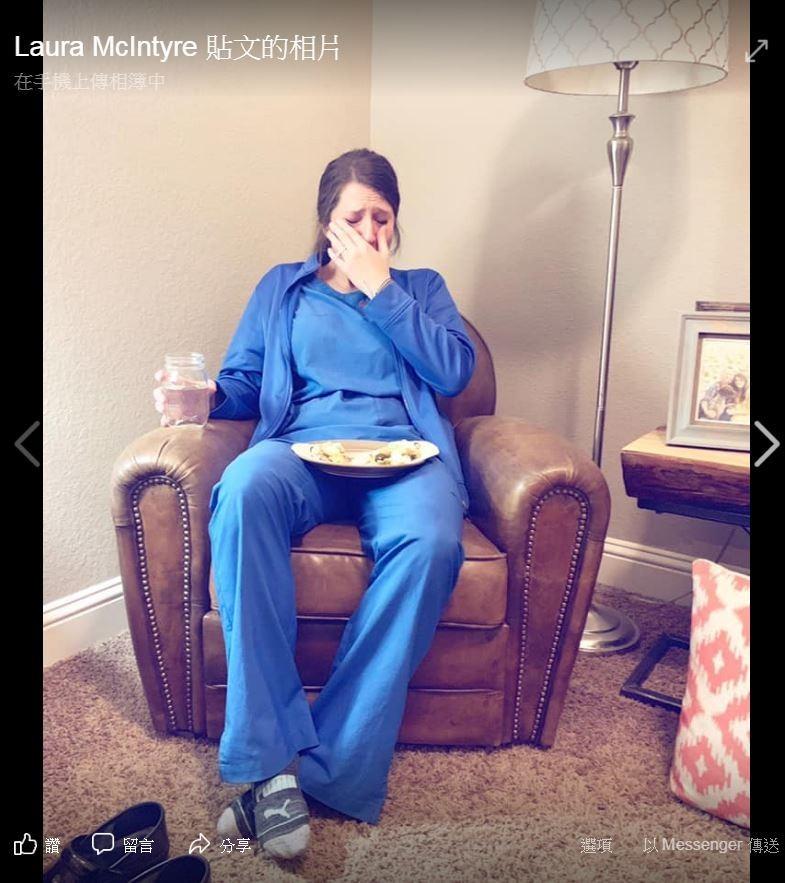 美國護理師凱蒂7月期間在4天內工作53小時,助產時還接生到死胎,由於過勞再加上情緒低落,導致凱蒂攤坐在椅上崩潰痛哭。(圖擷取自Facebook「Laura McIntyre」)
