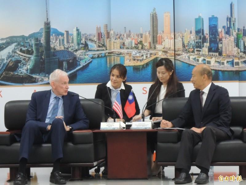 美國在臺協會主席莫健大使拜訪韓國瑜,韓國瑜笑說自己特別穿新衣接待貴客,代表心情很好。(記者王榮祥攝)