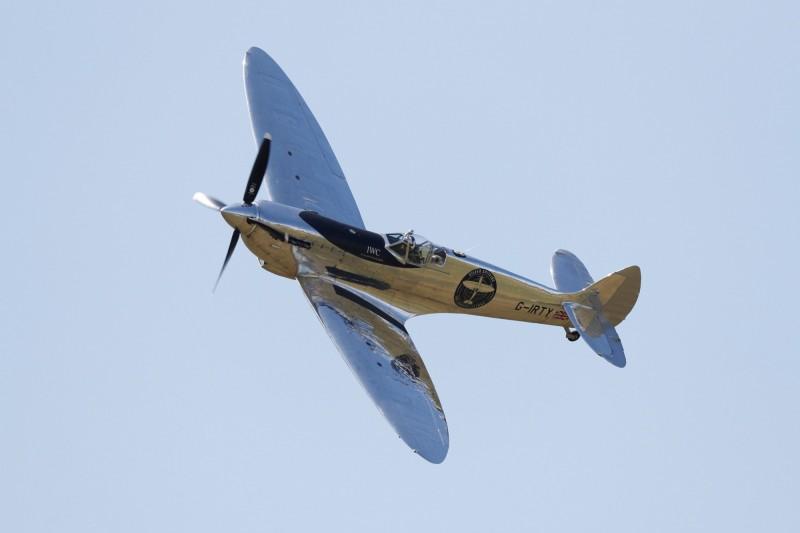 原訂在明天飛抵松山機場的英國噴火式戰機,因天候不佳行程順延1天。(法新社)