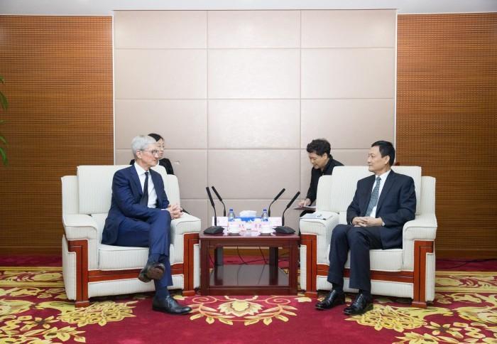 蘋果執行長庫克(Tim Cook)最近訪問北京,與中國國家市場監督管理總局局長肖亞慶見面,特別提到將在中國擴大投資。(圖擷取自中國國家市場監督管理總局)