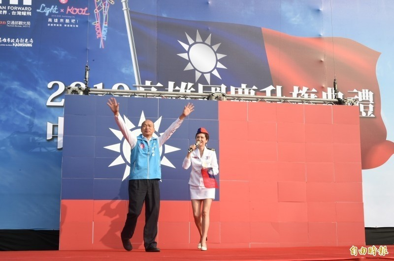 高雄國慶升旗典禮主持人熊海靈(圖右),日前在台上公開地向高雄市長韓國瑜高喊「韓總統加油」,讓高市觀光局決定對廠商開罰。(資料照)