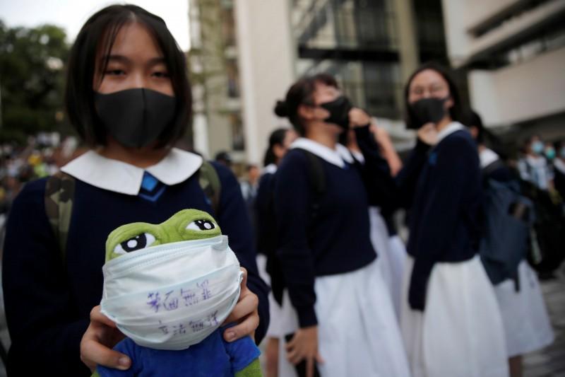香港中學生18日在港大舉行反警暴集會,學生們戴上口罩,對港警近期濫捕行徑表達不滿。(路透)