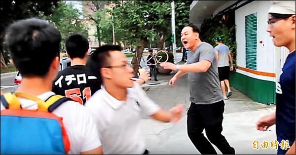 「白狼」張安樂之子張瑋(右二)等人前年9月在台大側門追打學生,事後均被判拘役並遭索賠。(資料照)