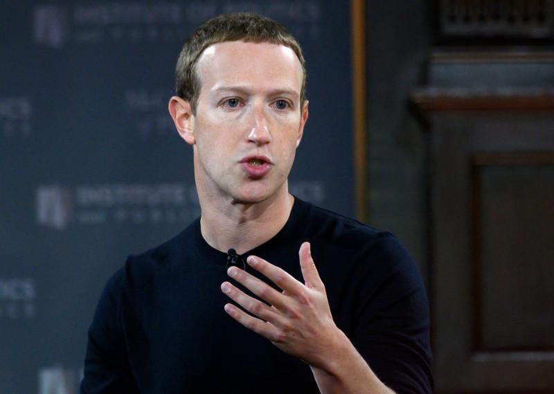 執行長札克柏格(Mark Zuckerberg)17日為公司辯護,強調臉書致力維護言論自由的美國價值觀,並且痛批中國影音軟體抖音(TikTok)為配合中國政府審查,過濾有關香港反送中抗爭的影片。(法新社)