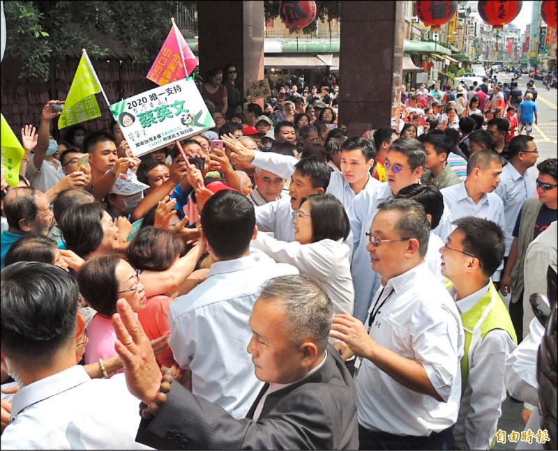 總統蔡英文昨到高雄市鳳山雙慈亭參拜,支持者熱情相迎。(記者蔡清華攝)