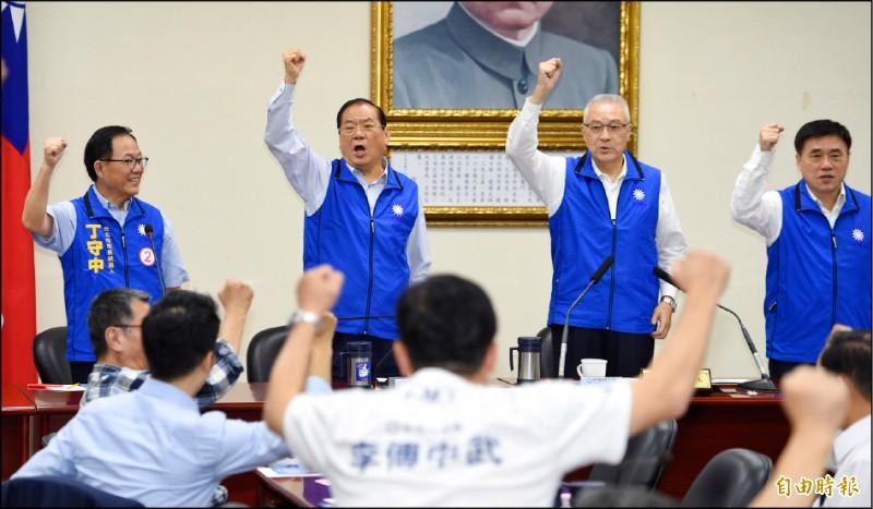 國民黨組發會預定下週三將不分區立委提名辦法草案提報中常會,傳黨主席吳敦義(右二)、副主席兼秘書長曾永權(左二)都搶進。(資料照,記者劉信德攝)