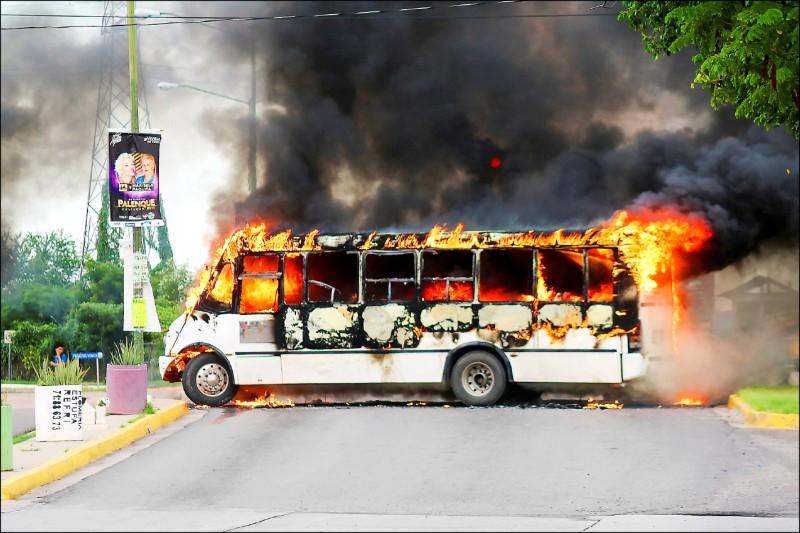 槍手在市內四處破壞,包括設置路障及縱火燒車。(路透)