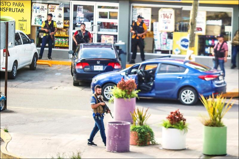 墨西哥西納羅亞販毒集團為營救「少主」歐維迪歐,派出大批槍手持重型武器與軍警駁火。(路透)