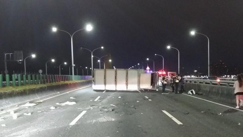 大貨車被撞到側翻橫躺路面。(民眾提供)