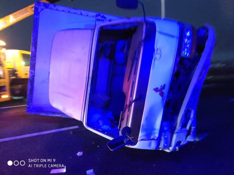 大貨車由吊車拖離加上警方疏導,交通才逐漸恢復順暢。(民眾提供)