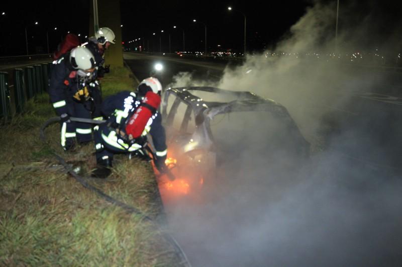 保時捷休旅車接著自撞中央分隔島起火燃燒。(民眾提供)