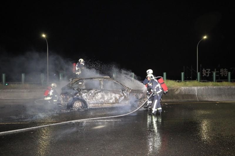 消防人員到場拉起水線灌救。(民眾提供)
