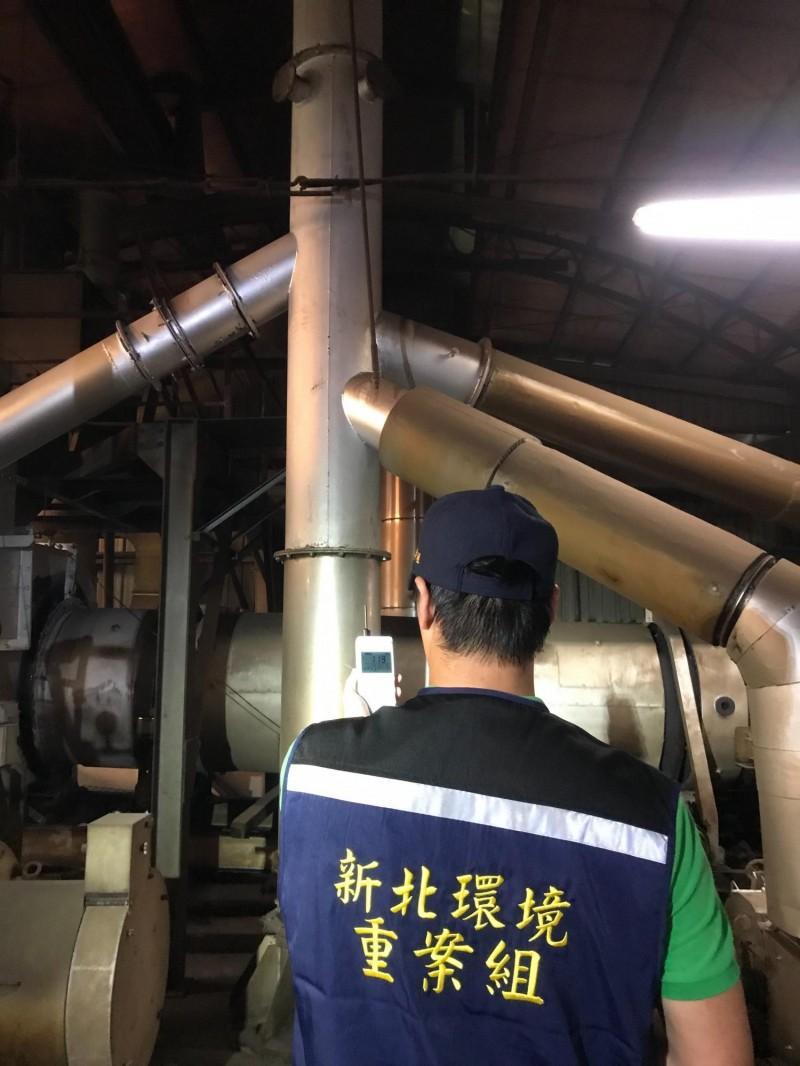 環保局重案組稽查人員查獲板橋一處麻油工廠造成空氣污染。(環保局提供)